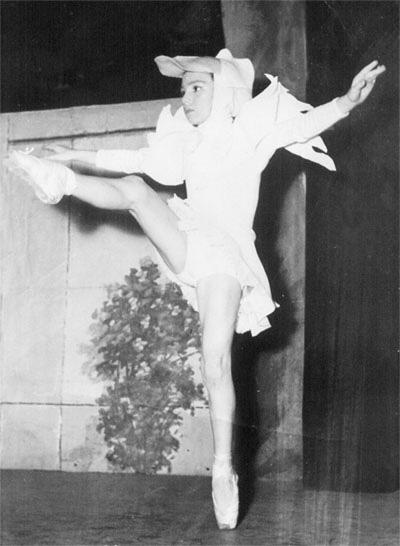María Jose Demare bailando en el Teatro Ateneo, Pedro y El Lobo.